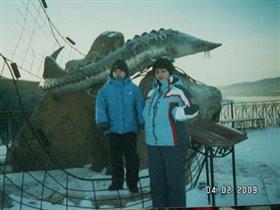 Около памятника рыбе (осетр сибирский)
