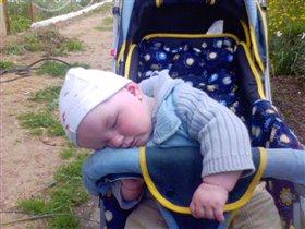 в коляске спит
