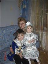 С новым Годом!Снегурочка с другом мушкетером и мамой