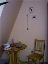 Уголок со столиком и стулом.