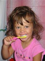 Полечка чистит зубки:-)