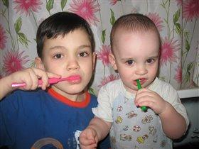 Старший брат - пример во всем! Зубки чистим мы вдвоем!