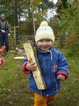 Помогаем таскать дрова!