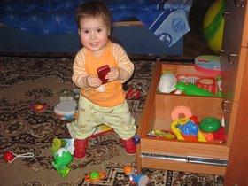 Я мамуле помогу,сама все игрушки приберу!
