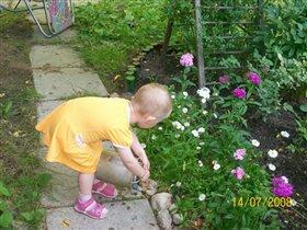 Помогает цветы полить бабушке