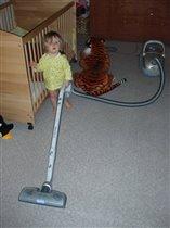 Маленькая девочка и большой пылесос