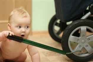 У коляски сдулось колесо.. Надо накачать!