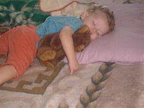 Любимый мишка под бочок - ну ка спи скорей дружок!