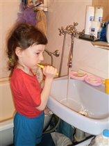 Чищу-чищу зубки.. правильно, как мама учила...