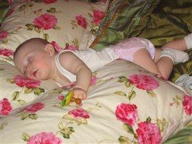 Спят усталые девчушки