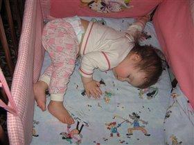 поперек кроватки удобнее спать