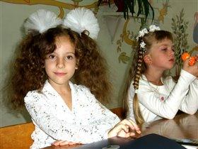 Девченки-первоклашки, косички и кудряшки