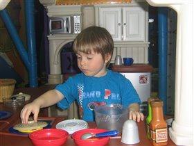Витя в детской комнате готовит обед