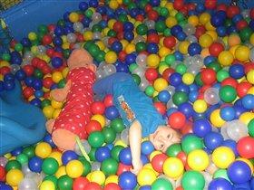 Витя купаесяв шариках