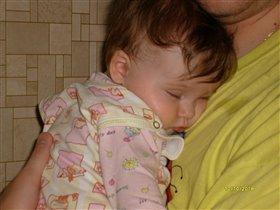 Маша спит на руках у папы