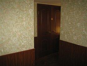 Коридор. Вид на двери в ванную и туалет.