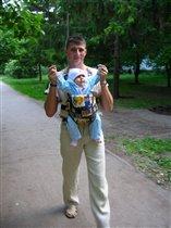 С папой я гуляю, птички напевают, солнышко голубит, а папа просто любит!