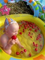 вот она богемная жизнь: завтрак- в постель, обед - в бассейн.