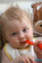 Ваня учится кушать самостоятельно