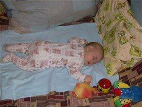 Спи роднуличка моя, мама сон посторожит, чтоб ничто и никогда не тревожило