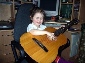 Помощник-музыкант! Папа поёт, мама танцует, а Эллина играет на гитаре