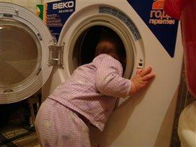 Тёма помогает маме освобождать стиралку