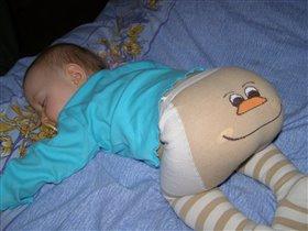 Малышка спит, попка веселится!