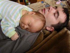 папа спит,онА усталА,но и я играть не сталА :-)