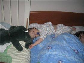 Спят твои соседи - белые медведи, Спи скорей и ты малыш!