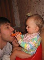 Кушай, папа, морковку, вырастишь большой!!!