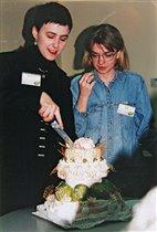 Лена Данилова и Фунтик разрезают праздничный торт