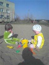 Наконец-то весна! Можно и в песочке покопаться!
