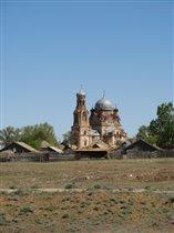 Вот такие красивые церкви попадались по дороге. Жаль в запущеном состоянии.