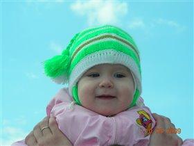 Глаза, как небо, голубые, улыбка - будто солнышко весеннее!