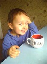 мальчик с чашкой