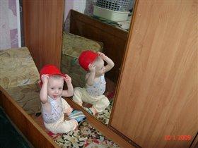 С каской у зеркала
