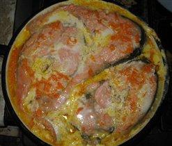 Семга с луком и морковью, запеченная на сковороде