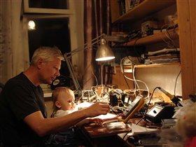 Дедушка учит работе с мультиметром.
