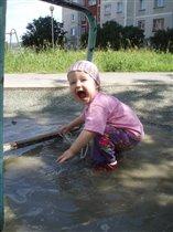 Изучаем свойства воды, а заодно и мамину реакцию:)