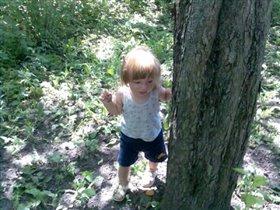 А кто за деревом спрятался?