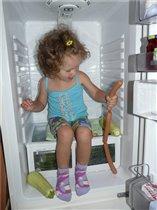 В холодильнике совсем не холодно и еды много