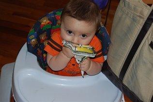 Обожаю есть салфетки:)  7 месяцев.