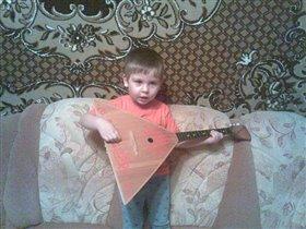 Серенька учиться играть на балалалйке!!!!