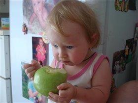 Варюшка кушает яблочко