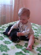 Андрюшка чистит кошке ушки