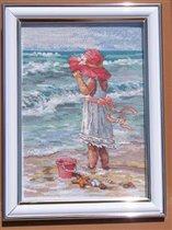 Девочка на берегу.