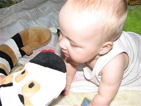 Чепушонок выясняет отношения с любимой подушкой!