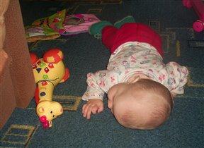 рядом с Ксюшкой спит любимая игрушка...