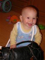 любимая игрушка-мамина сумка))))
