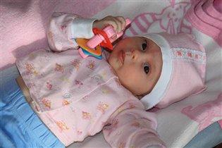 Лерочка с  игрушкой  подаренной ей в день рождения.